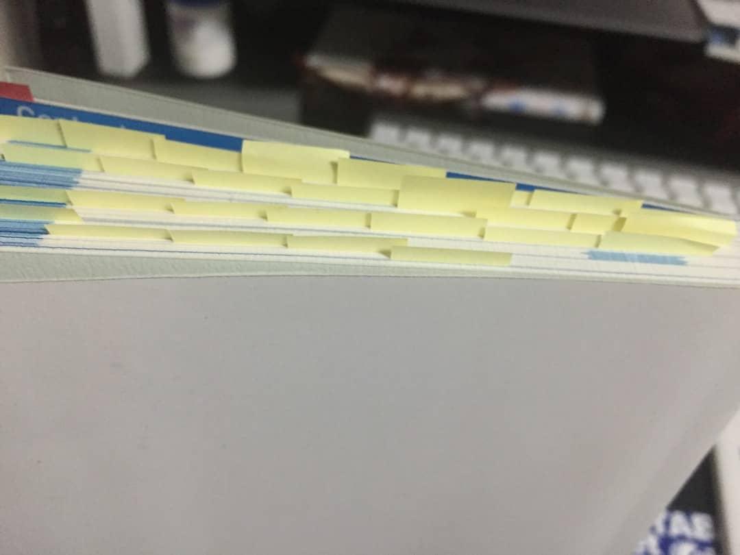 ぼくが実際に読んでいる最中の本に付箋が貼られている画像です。
