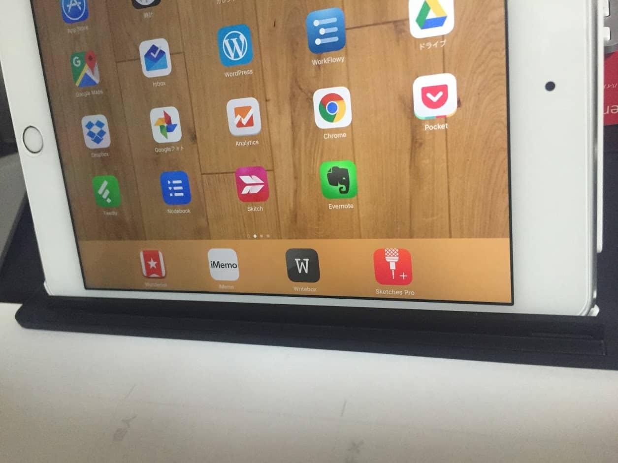 Universal Mobile KeyboardのカバーにiPadmini4を立てかけている画像