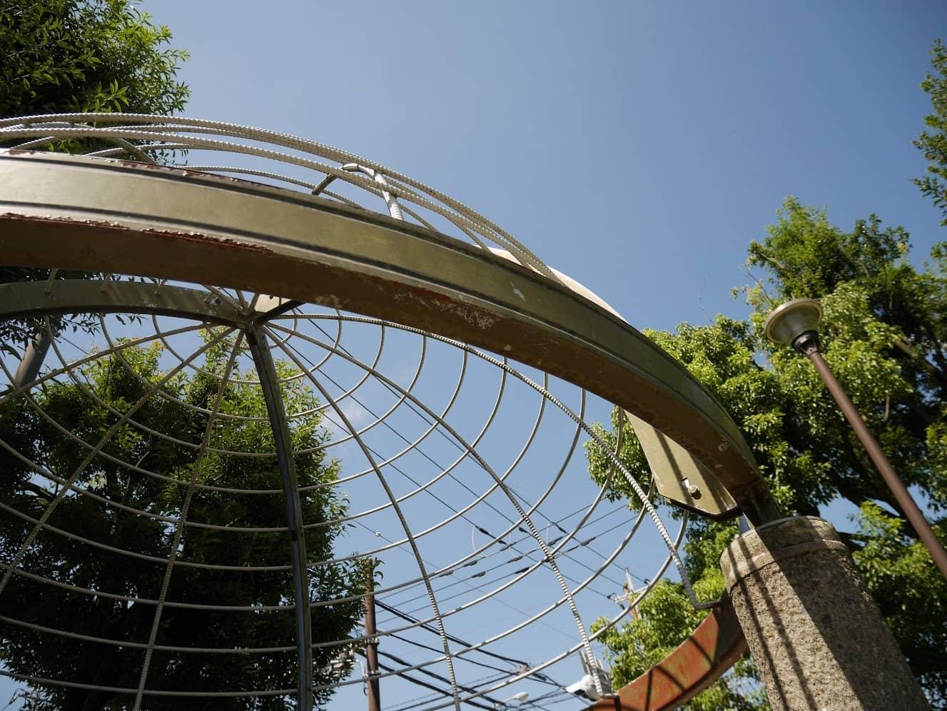 近所の公園にあるナゾのドーム?