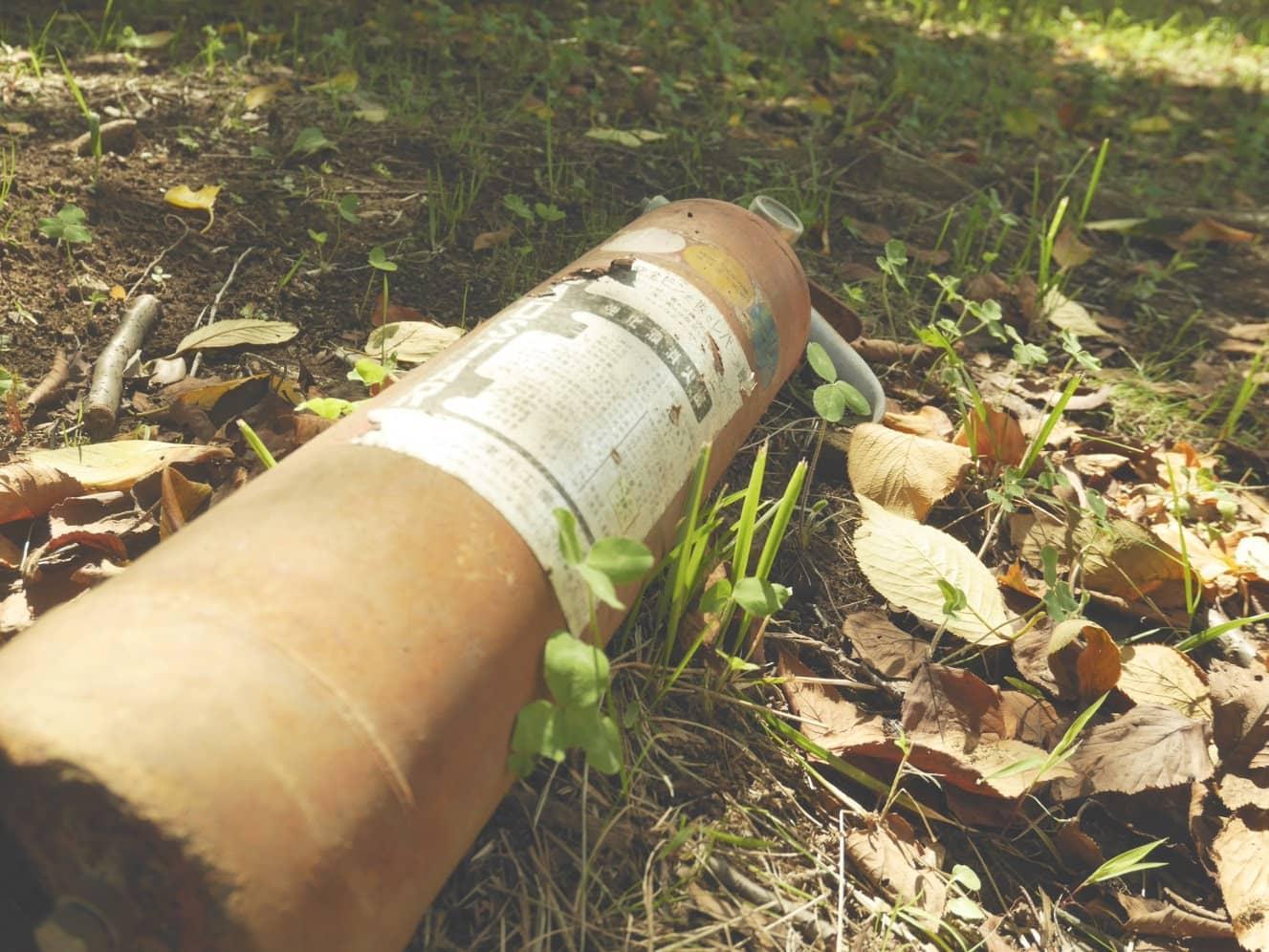 自然公園に放置された消火器をGF7の「レトロ」エフェクトで撮影しました。