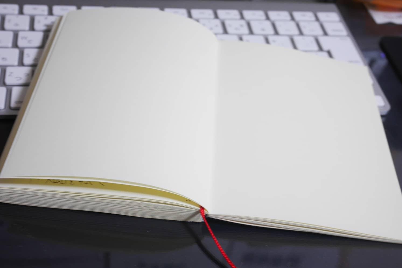 MDノートは糸かがり製本だからフラットに開く