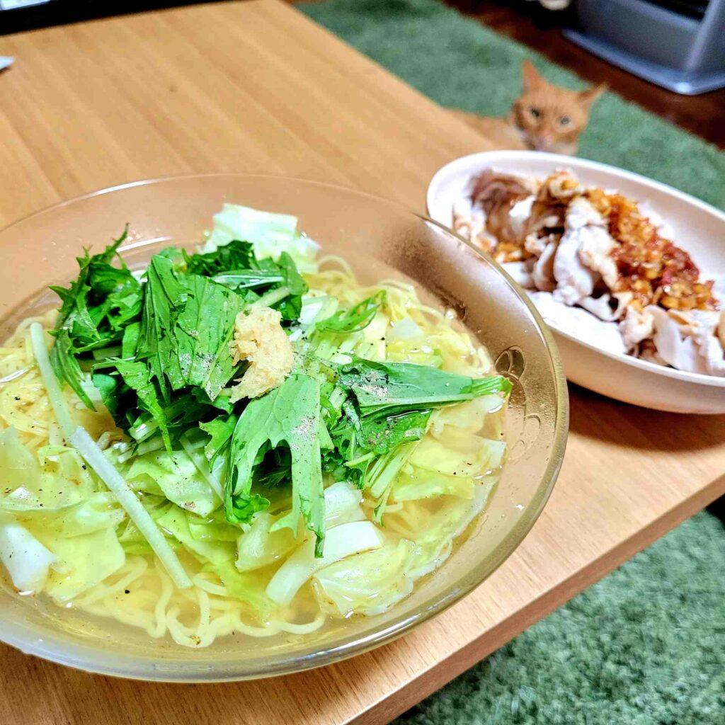 水菜とキャベツのあっさり塩ラーメンと、豚もも肉の冷製しゃぶしゃぶ