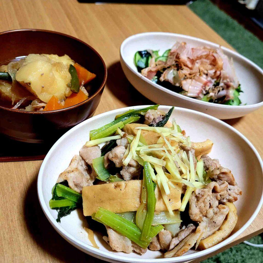高野豆腐と豚もも肉の炒めものと、きゅうりとわかめの酢の物、残り物の肉じゃが